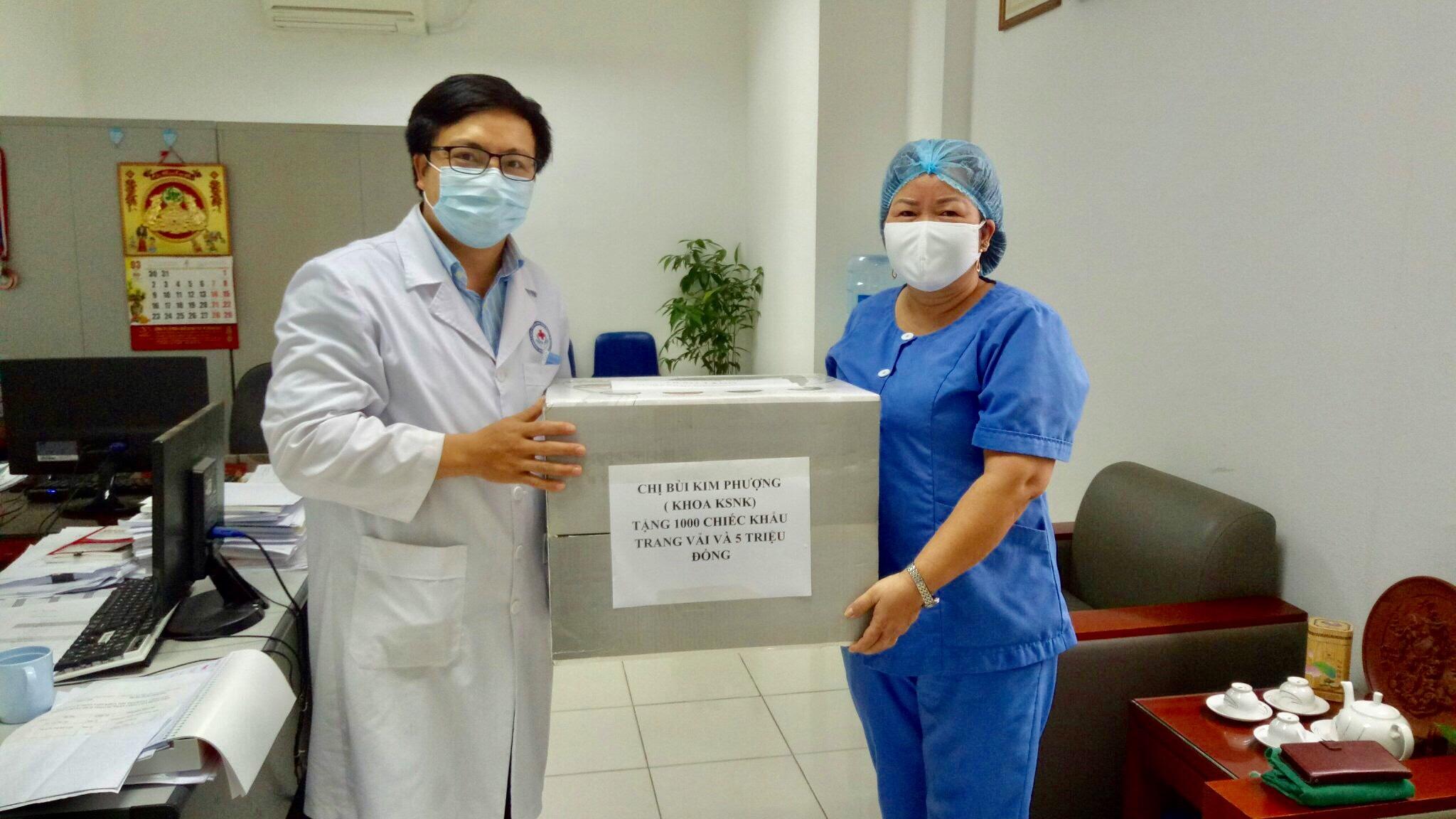 Cán bộ bệnh viện chị Bùi Kim Phượng góp sức chống dịch bằng cả tấm lòng