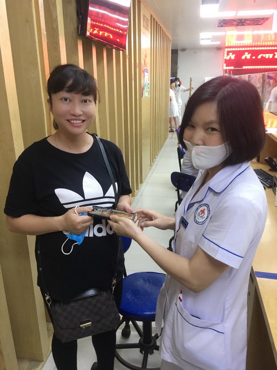 """""""Gương người tốt việc tốt"""" nhân viên y tế nhặt được điện thoại trả lại cho người bệnh"""